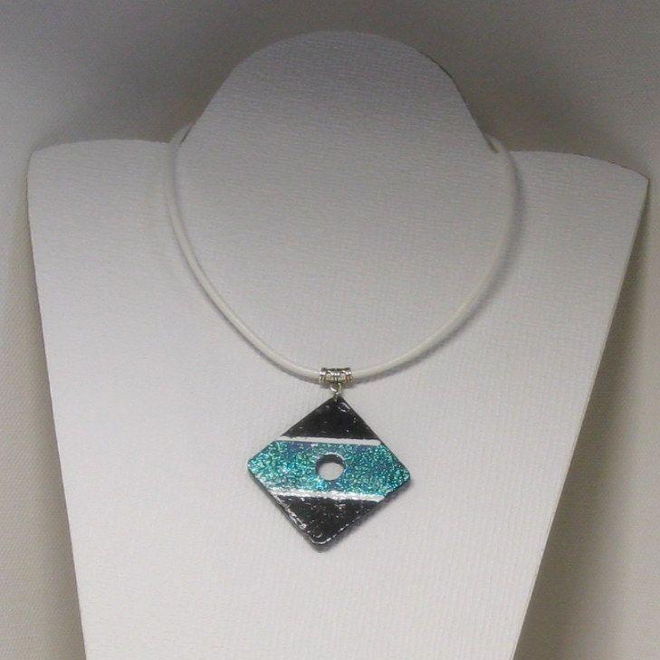 Gros pendentif femme en ardoise émaillée bleu sur cordon cuir blanc, création fait main et unique