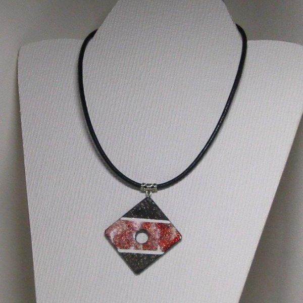 Gros pendentif femme ardoise émaillée rouge sur cordon de silicone noir, création fait main