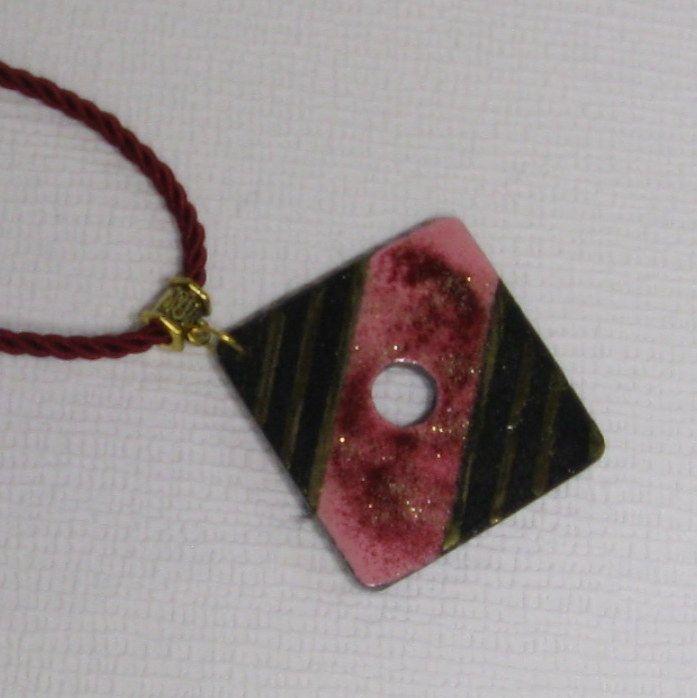 Gros pendentif femme rose et or sur cordon rouge bordeaux, création fait main