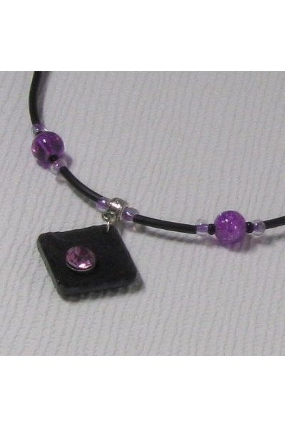 pendentif femme violet et noir sur cordon silicone, bijou créateur