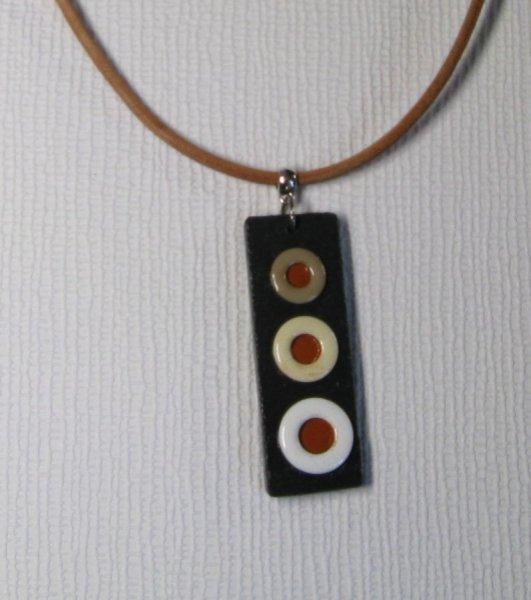 pendentif émaillé sur cordon cuir beige