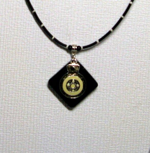 pendentif émaillé créme et noir sur silicone noir style rock