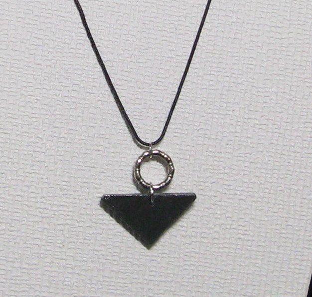 Pendentif pour Femme et Ado en Ardoise et métal Argent monté sur un cordon Noir, Création Unique