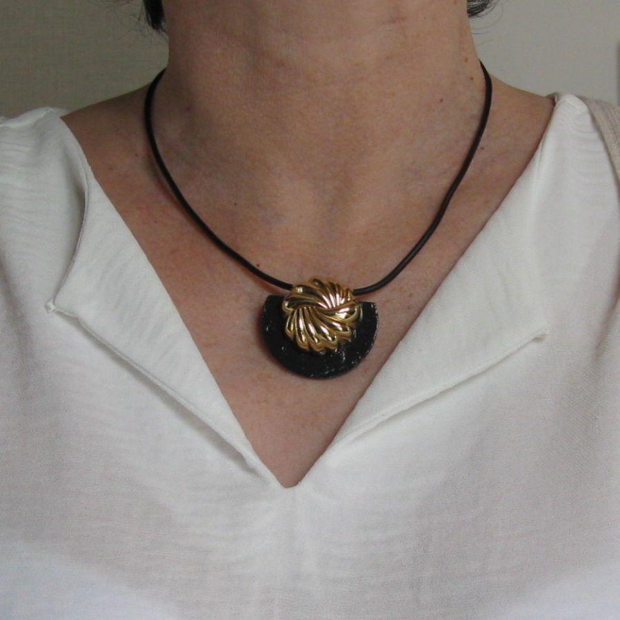 pendentif noir et doré sur cordon silicone noir, création unique