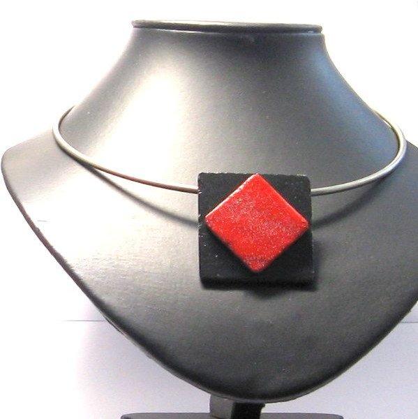 Gros pendentif rouge et noir monté sur un torque acier, création unique