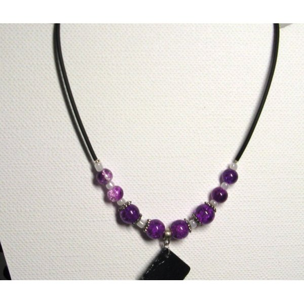 ccollier Pendentif verre blanc et ardoise montage pvc perles violettes