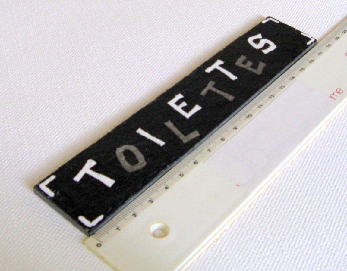 Plaque de Porte pour Toilettes en Ardoise Lettres Emaillée Argent et Blanc, Création Fait Main