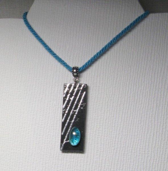 Pendentif ardoise et cabochon en verre bleu sur cordon de coton bleu turquoise réalisation artisanale