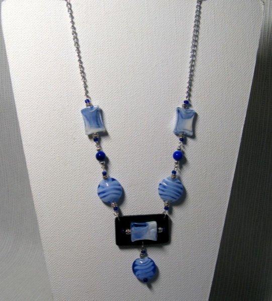 sautoir perles de verre bleu et blanc avev ardoise sur chaine