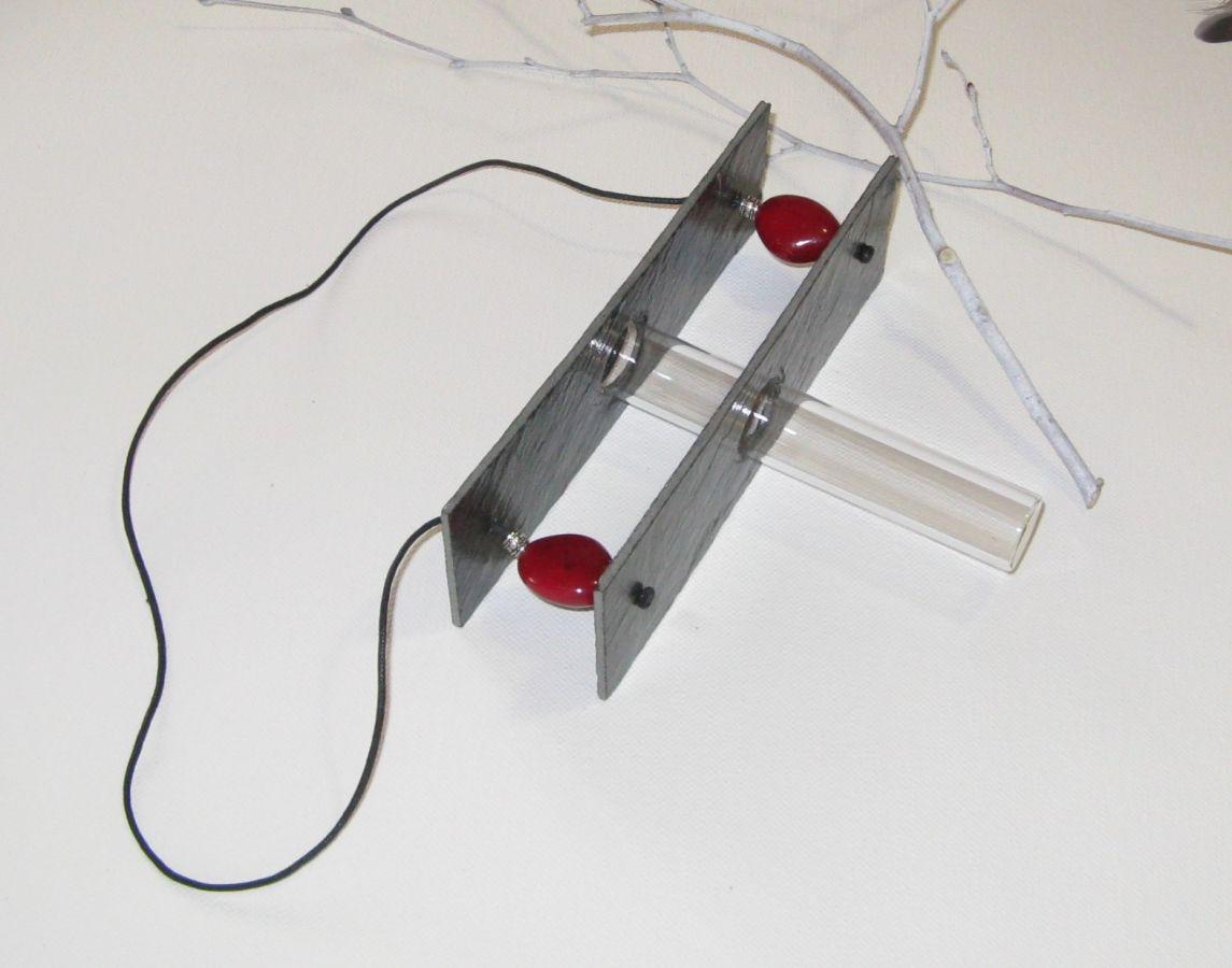 Vase Soliflore a Suspendre en Ardoise et Perles Rouge Sombre, Création Artisanale