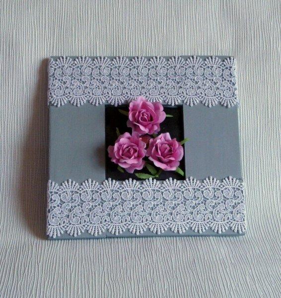 tableau bois gris et dentelle fleurs rose