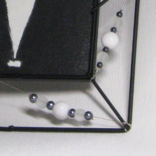 tableau chat émaillé blanc sur ardoise cadre métal noir et perles