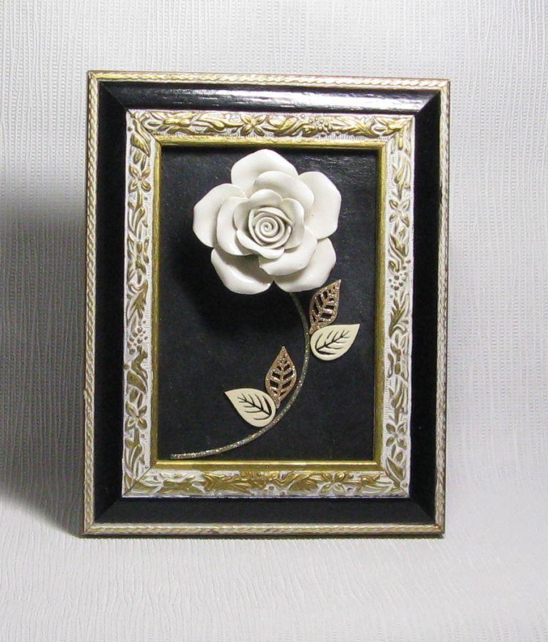 Tableau bois ardoise habillé d'une rose céramique écrue, création fait main