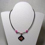 collier pendentif mosaïque rose  sur ardoise