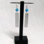 boucles d'oreille aluminium et perle bleue turquoise oreilles percées