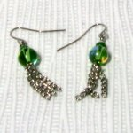 boucles d'oreille percées vert avec pompon de chaine