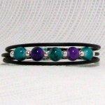 bracelet manchette bleu-vert et violet sur pvc noir