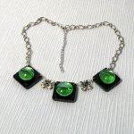 collier plastron cabochon vert sur ardoise montage chaine argentée