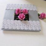 tableau floral en bois peint gris habillé de dentelle et de fleurs rose, fait main