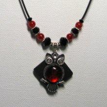 collier pendentif grosse chouette rouge sur ardoise et silicone