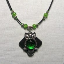 collier pendentif grosse chouette verte sur ardoise