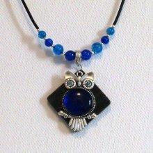 collier pendentif grosse chouette bleu roi sur ardoise sur silicone noir