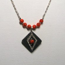 collier pendentif losange argenté sur ardoise et perle orange