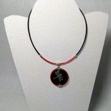collier pendentif libellule argentée sur ardoise et silicone rouge et noir