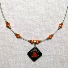 Collier pendentif chic et moderne sur câble et perles orange