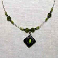 Collier pendentif chic et moderne sur cordon silicone et perles vertes