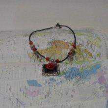 Collier Floral pour Femme en Ardoise Noir et Rouge, sur Cordon silicone, Création Unique
