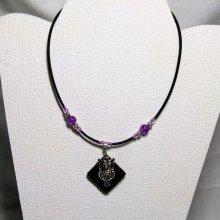 collier pendentif chouette argentée sur silicone et perles violette