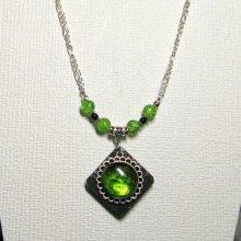 collier pendentif cabochon vert sur ardoise montage chaine