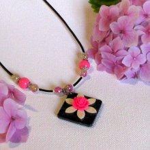 Collier Ras du Cou pour Femme en Ardoise motif  Fleur Fuchsia et Ecrue, Création Unique