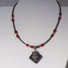 Collier pendentif chouette argentée sur ardoise monté sur silicone et perles rouges
