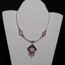 collier pendentif romantique fleur rose sur cordon rose et perles