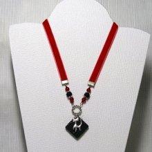 collier pendentif moderne triangle émaillé fuchsia et écru sur cordon silicone