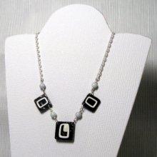 collier plastron femme émaillé blanc sur ardoise monté sur chaine blanche fait main pièce unique