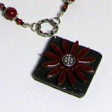 collier pendentif fleur émaillée rouge fonc sur silicone noir