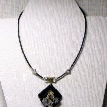 collier pendentif chic argent et or sur ardoise