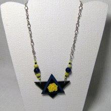 Gros collier pendentif original fait main pour femme fleur jaune sur ardoise et chaine