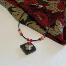Collier Femme en Ardoise Papillon Argenté Monté sur un Cordon de Silicone Noir et Perles rouge, Création Unique