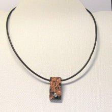 Pendentif pour Femme en Ardoise et Bronze monté sur un cordon de silicone noir, Création Artisanale