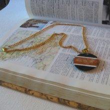 Pendentif  pour Femme en Ardoise Emaillée dans les tons Marron, monté sur de petites perles, Création Unique