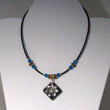 pendentif collier femme fleur argentée sur ardoise montage silicone pièce unique et fait main