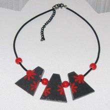 collier plastron fleur émaillée rouge sur ardoise