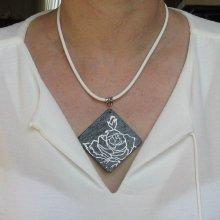 Gros Pendentif Femme en Ardoise Emaillée d'une Rose Blanche monté sur Cordon de Cuir Blanc, Création de Créateur