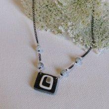 Collier pour Femme en Ardoise  monté sur un Cordon de silicone noir habillé de Perles Grises, Création Unique