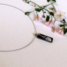 pendentif fleur émaillée sur ardoise, bijoux de créateur