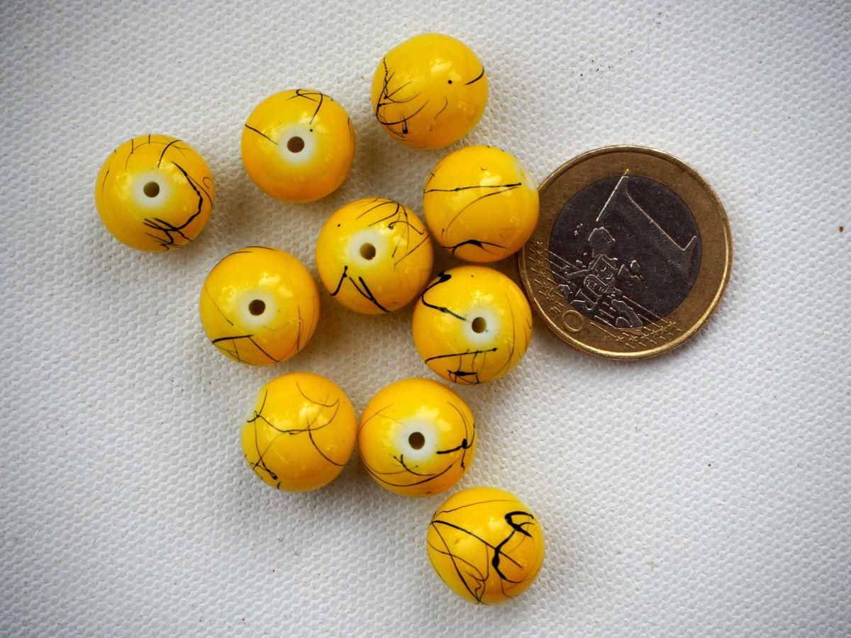 Bel ensemble de 10 perles en verre identiques, tons jaune veinés noir